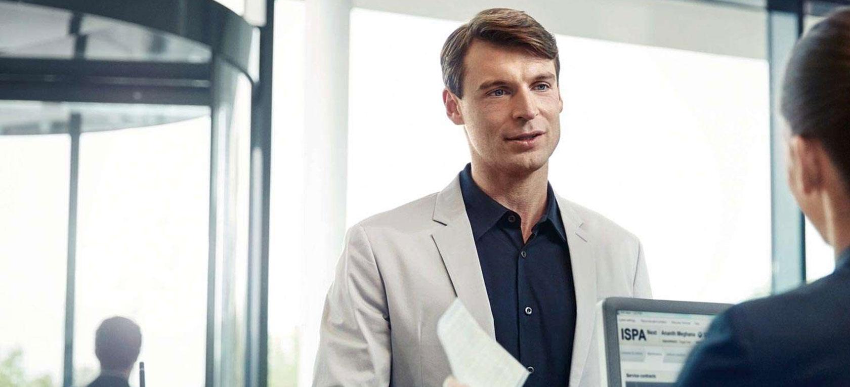 Oferty i usługi Dealera BMW przedstawiają ludzie dostosowując do potrzeby Klienta. Rozmowa w salonie BMW jest bardzo ważna.